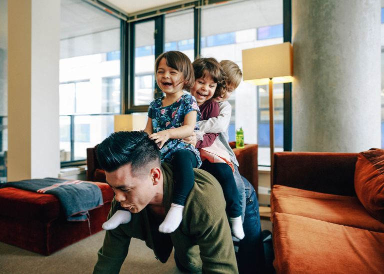 Niños jugando con papá